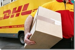 Ein DHL Mann mit Paket unter dem Arm